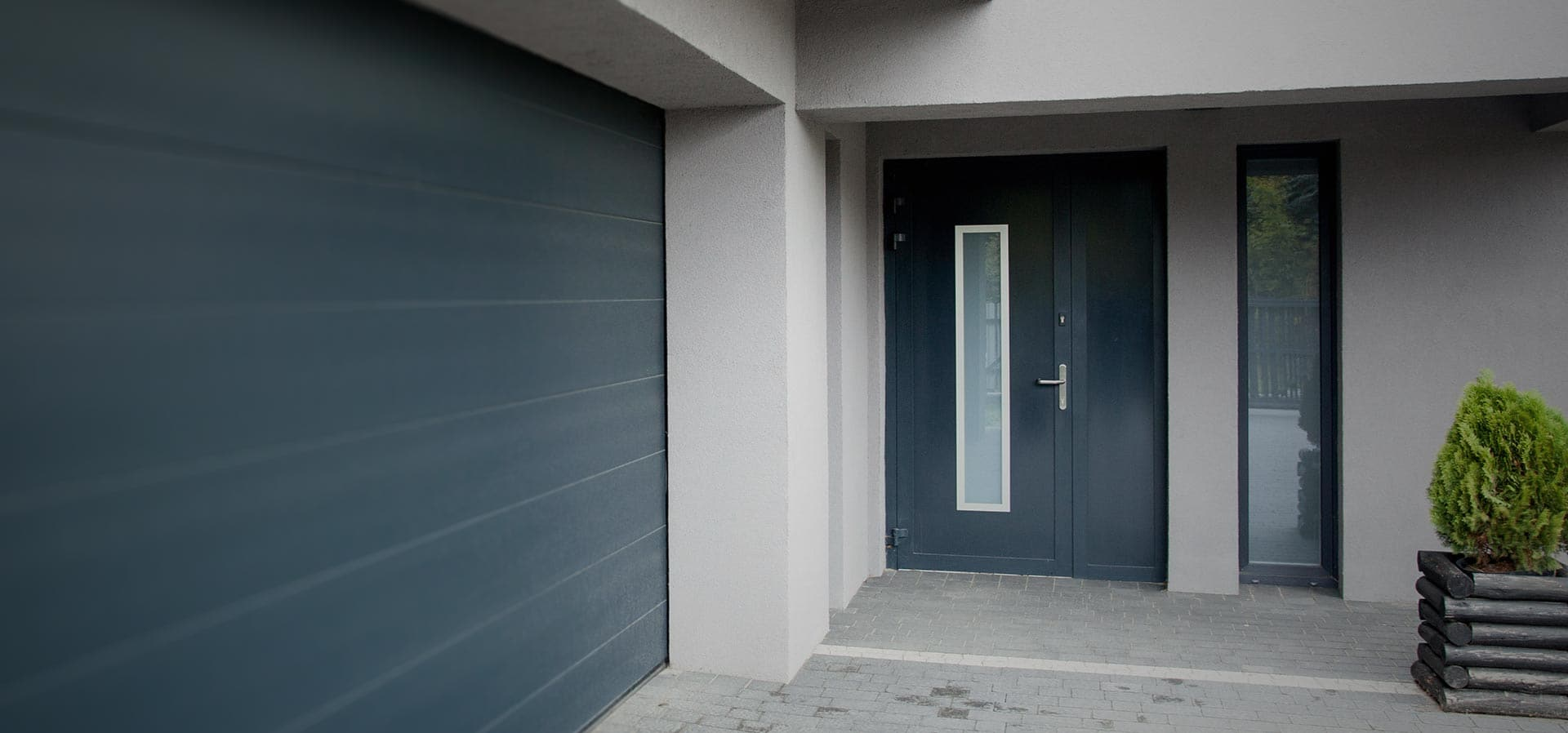 Aluminium entrance door with obscure glass